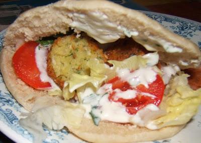 Falafel, sauce au yaourt dans pain pita