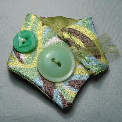 fab-tastic vintage fabric accessories by .tomate d epingles.