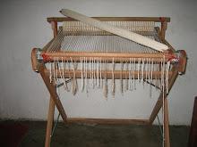 Tear com inicio de um xale confeccionado com fio de algodão colorido
