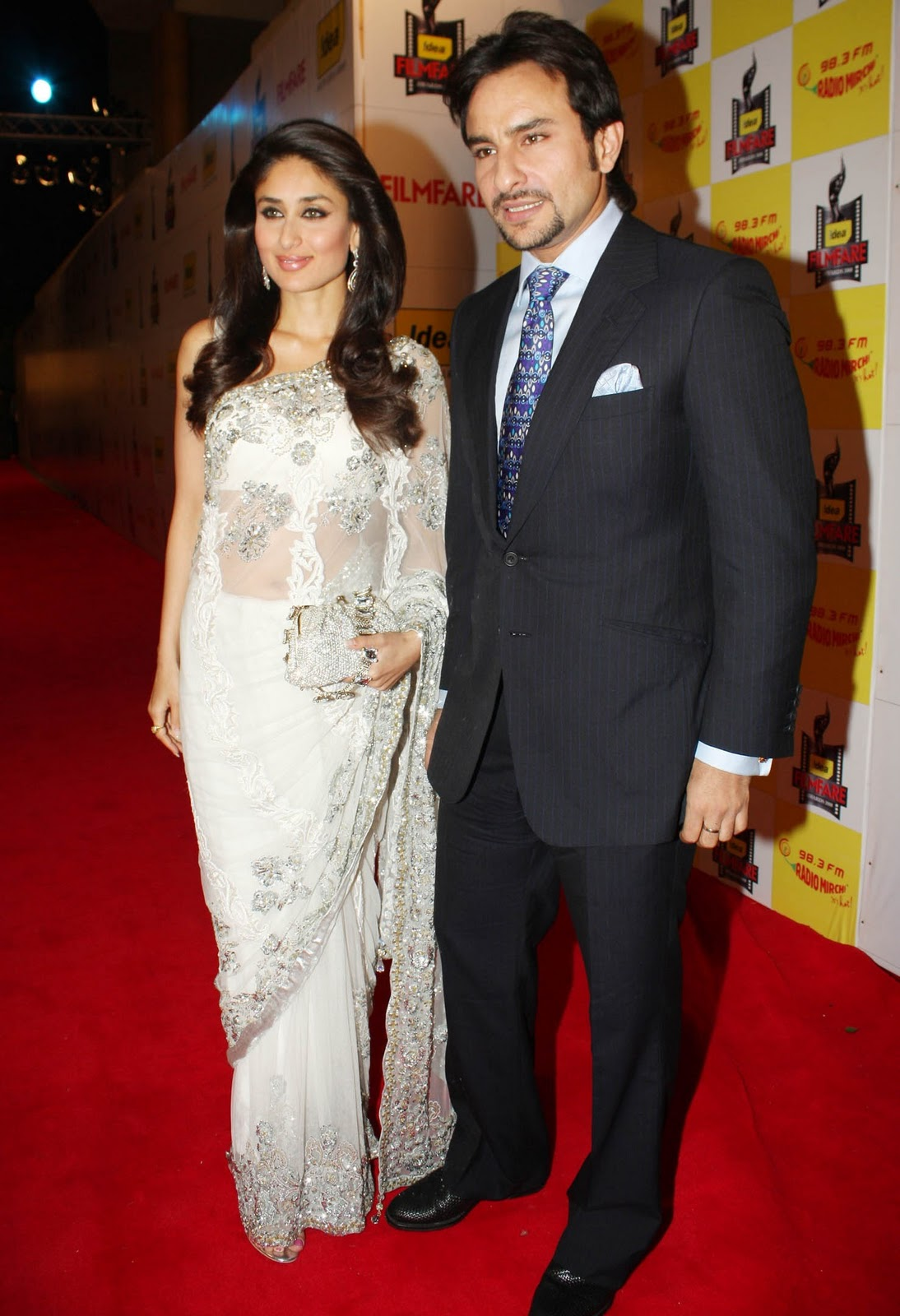 http://4.bp.blogspot.com/_mX3YEjd8UlM/TP4SnoJimfI/AAAAAAAAAXI/STEBNCNiMUk/s1600/kareena-kapoor-and-saif-ali-khan-walking-the-red-carpet-at-the-54th-idea-filmfare-awards-2008.jpg