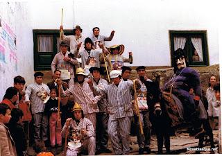 Los quintos de Candelario Salamanca en 1975 en la cruz de piedra