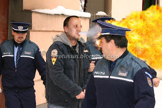 Andrei Gheorghe Scuipa inspre Politisti