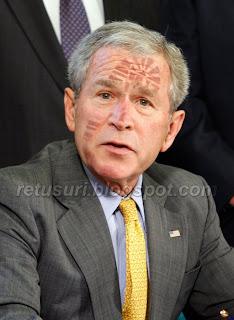 George W. Bush lovit de pantof