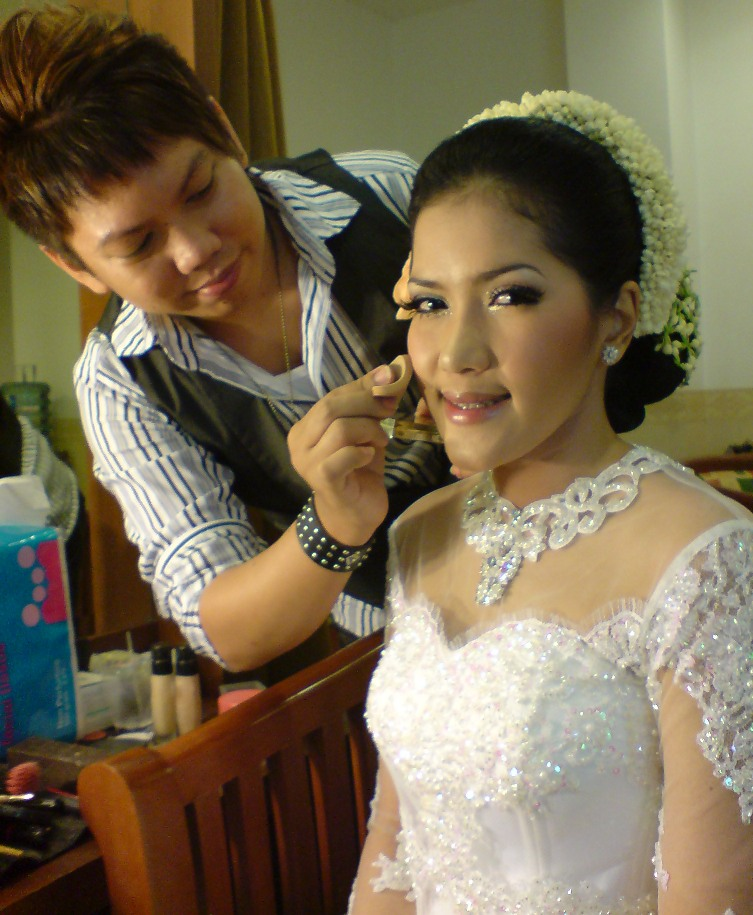 Indonesian Makeup And Hairdo Style With KEBAYA