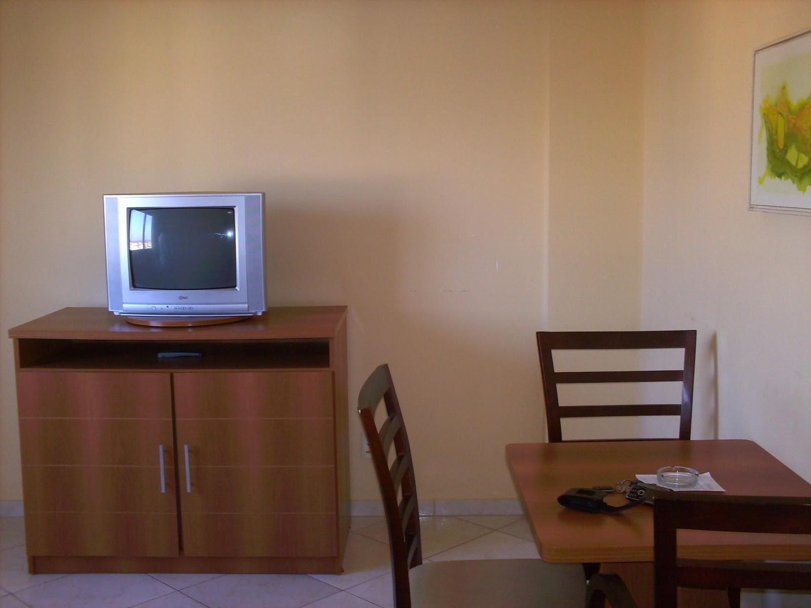 cama de casal banheiro com hidro massagem ante sala com sofá e tv #2449A7 1600x1200 Banheiro Casal Com Hidro