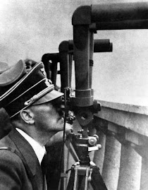Hitler obserwuje bitwe o Warszawe