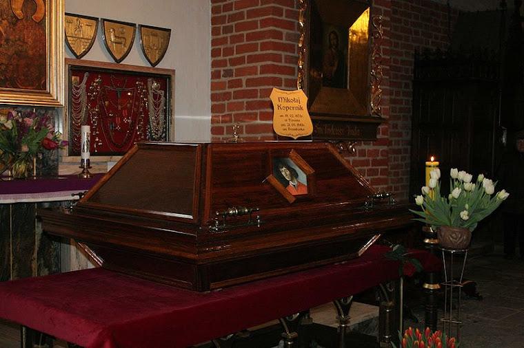 Sarkofag M. Kopernika po pogrzebie w maju 2010 r.
