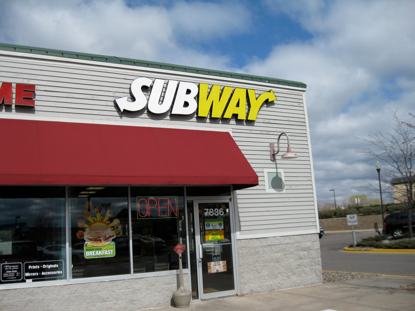 mcdonald vs subway Mcdonald's vs subway nowadays many people eat fast food and there are competitions among the stores the two most popular fast-food restaurants are mcdonald's and subway and they both attract customers in different ways.