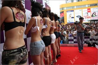 http://4.bp.blogspot.com/_mmBw3uzPnJI/S-mBE7yxMII/AAAAAAABPbo/iqRajrqgzD0/s1600/Bra_Untying_05.jpg