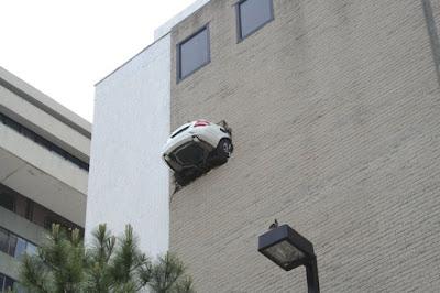 مرسيدس معلقة من الطابق 6