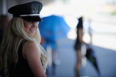 http://4.bp.blogspot.com/_mmBw3uzPnJI/S_u-0wiLDnI/AAAAAAABSKk/R3EP902sgqw/s1600/Formula1_Pit_Babes_52.jpg