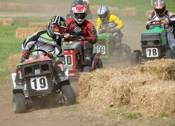 http://4.bp.blogspot.com/_mmBw3uzPnJI/TRBgJhh71aI/AAAAAAAB1VY/haH-fBZxx4g/s1600/lawnmower_racing_09.jpg