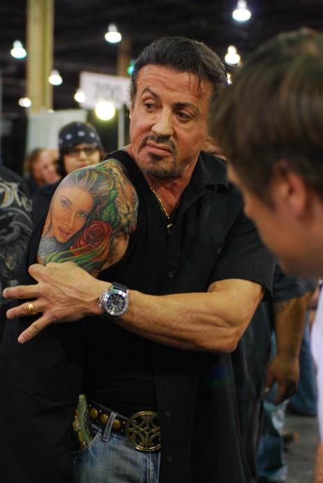 tatuaje actor. La imagen tatuada corresponde al rostro de su tercera y actual esposa,