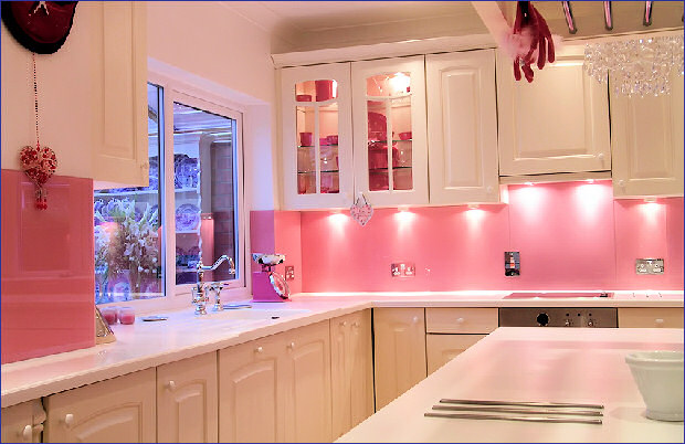 Good glam pink kitchens for Kitchen decoration pink
