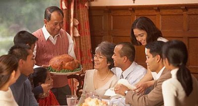 This Thanksgiving dinner looks so good this family's gonna be letting out a bunch of Paul Falsones afterward.
