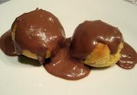 profiteroles con salsa de chocolate