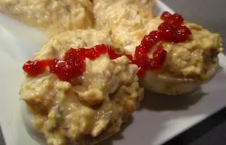 huevos rellenos de bonito con mermelada de pimientos