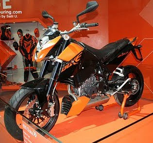 Motor cycle Review : KTM Duke 690 R