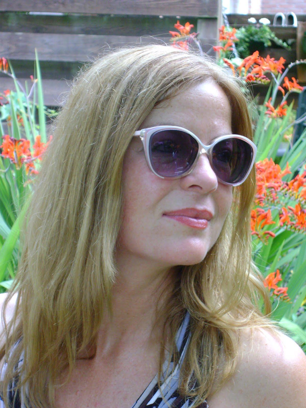 http://4.bp.blogspot.com/_myRknAlqbfw/TEmZqFksBCI/AAAAAAAAIsE/tw13fHVGbtM/s1600/Astrid+sunglasses+115.jpg