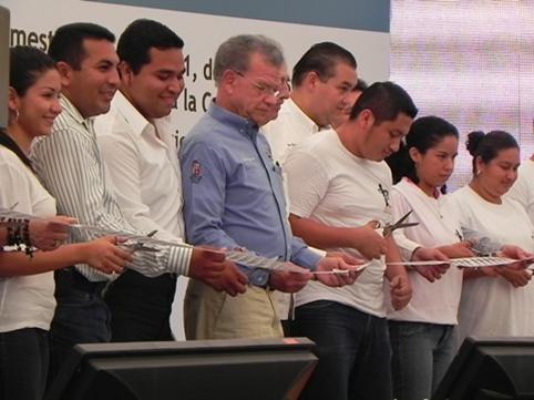 ... equipo a estudiantes del Tecnologico Superior de Comalcalco