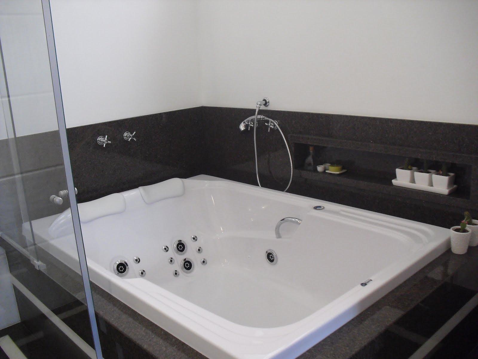#565B75  banheiro. Observem o nicho criado na parede e revestido em granito 1600x1200 px Banheiros Pequenos De Bom Gosto 445