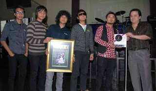 Hello Band saat menerima penghargaan