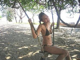 Foto Luna Maya Pakai Baju Renang Bikini | Foto Luna Maya sedang santai sekalian duduk di ayunan