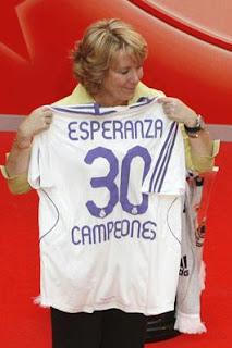 Esperanza Aguirre con una camiseta deportiva de fútbol