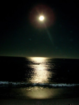 http://4.bp.blogspot.com/_n5mpBf7WeHw/SiweXLHxifI/AAAAAAAAAbA/gIwnHUUv-HI/s400/praia+em+santorini.jpg