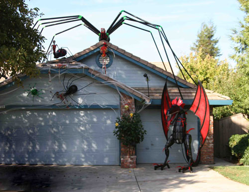 Hot fresh pics cool halloween houses for Cool halloween decorations to make at home