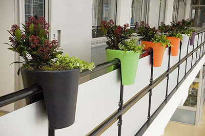 Plantamer macetas para el balc n for Macetas para balcon