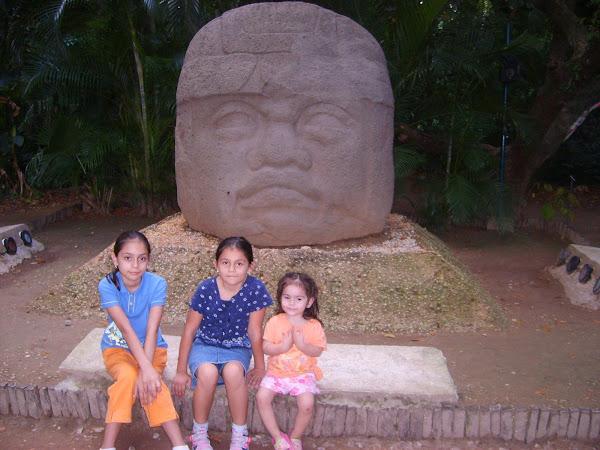 Las niñas en el Museo La Venta en Tabasco