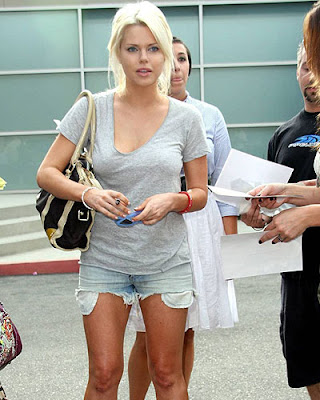 Star Fashion Galleries: Well hello Sophie Monk's erect nipples