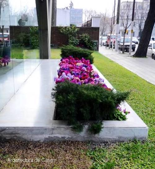 arquitectura de casas: jardines de diseño en accesos de edificios