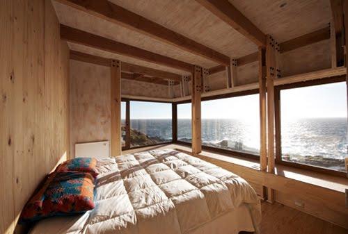 Dormitorio de la moderna vivienda de madera