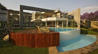 Piscina exterior en la residencia sudafricana de alto estándar