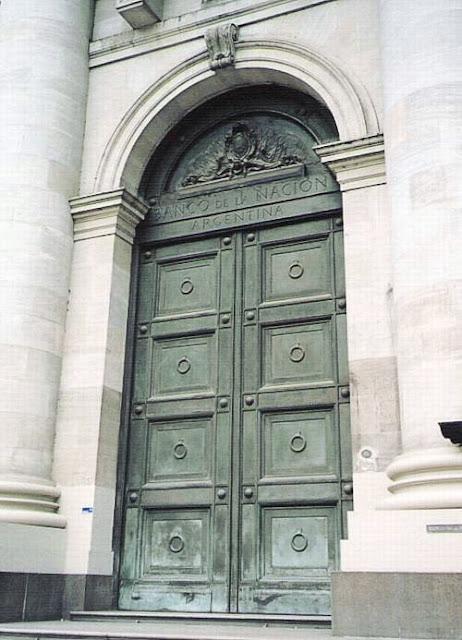 Puerta de bronce de una gran banco en la Ciudad de Buenos Aires