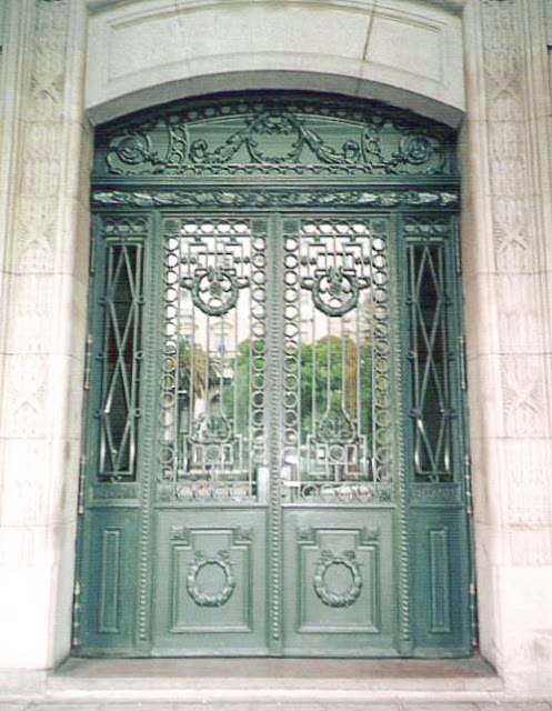 Puerta de acceso a un edificio de hierro con rejas en Buenos Aires