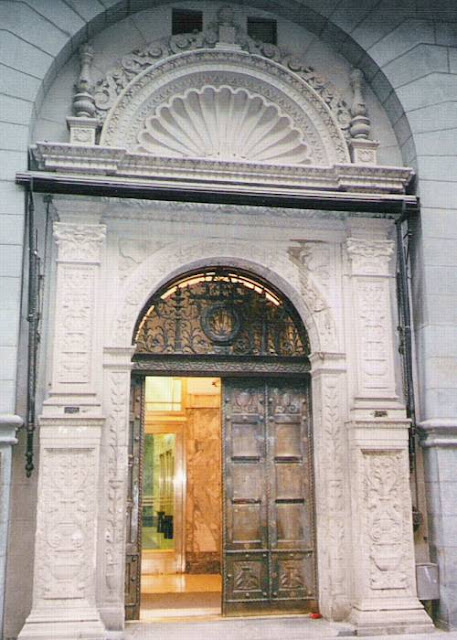 Puerta muy elaborada de un banco en Buenos Aires, Argentina
