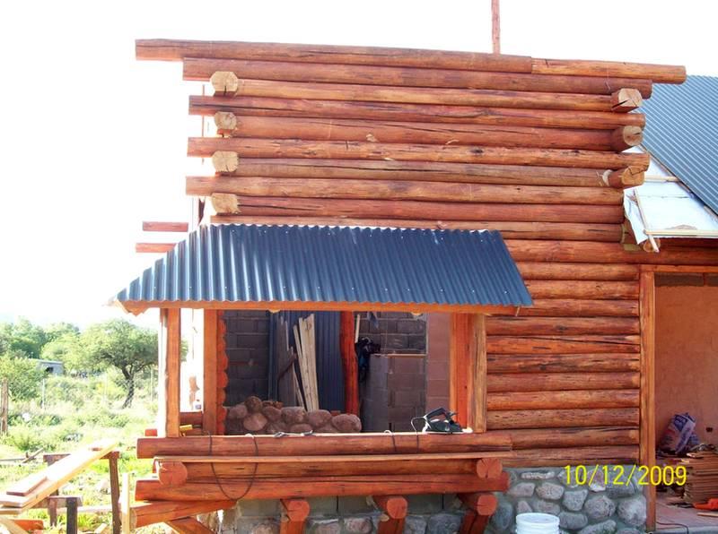 Arquitectura de casas caba a de piedra y troncos en - Casas de madera de troncos ...