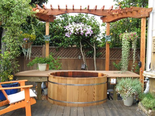 Arquitectura de casas piscina de madera como tonel en for Arreglo de jardines exteriores