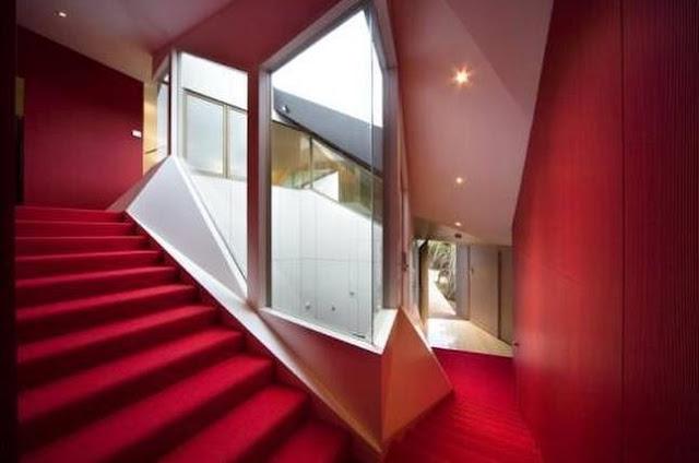Escalera interior tapizada de rojo aspecto dramático