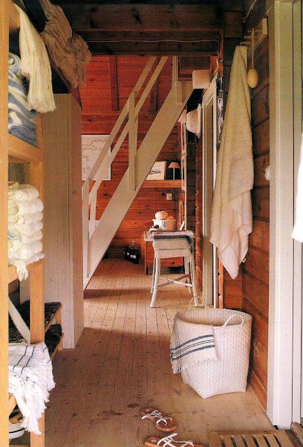 Interior de la cabaña de troncos aserrados en Cantabria, España