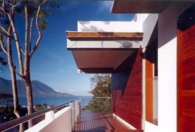 Balcón lateral de residencia contemporánea con vista al mar