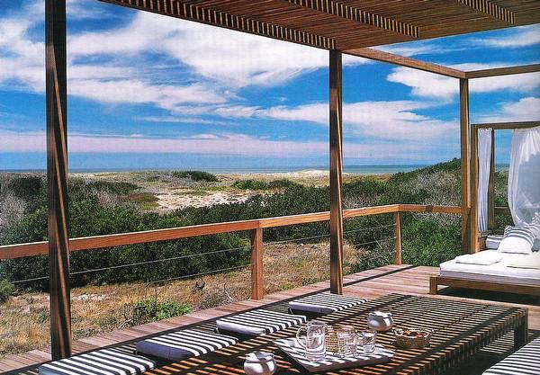 Vista al mar desde una terraza de la casa de madera y piedra