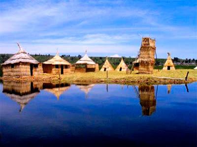 Casas de totora en el lago Titicaca