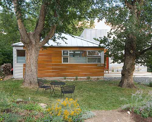 Reforma de un viejo bungalow con chapas y madera