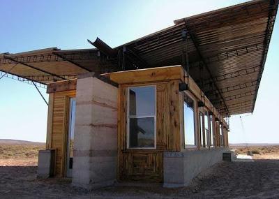 Casa sustentable de tierra apisonada, madera y chapas de metal