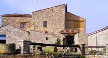 Vieja casa catalana de piedra de área rural