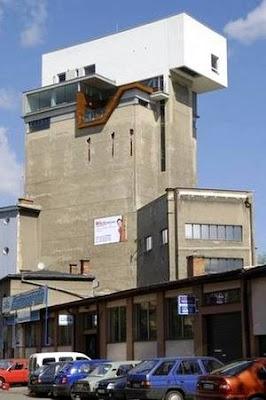 Apartamento sobre un silo en desuso
